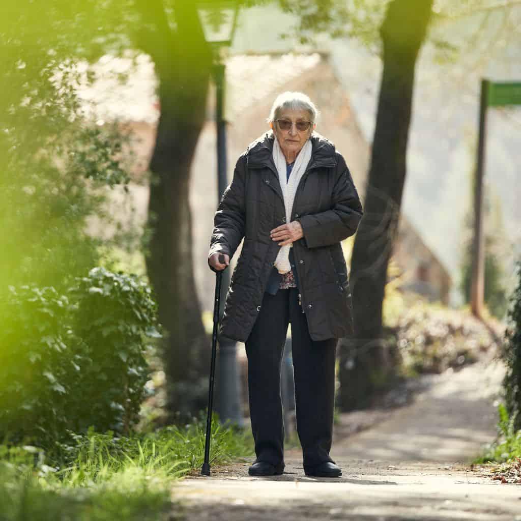 persona mayor paseando